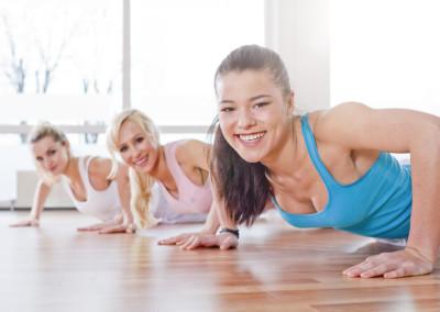 Deutschland, Frauen machen bungen im Fitness-Studio, lcheln